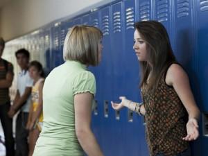 Zwei Mädchen, die sich in einer Schule in den USA streiten. | Foto: Rubberball